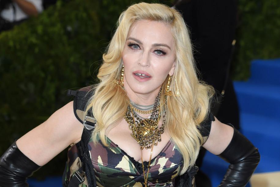 Мадонна предстала вобразах монахини и эстрадной певицы  кабаре втрейлере нового альбома